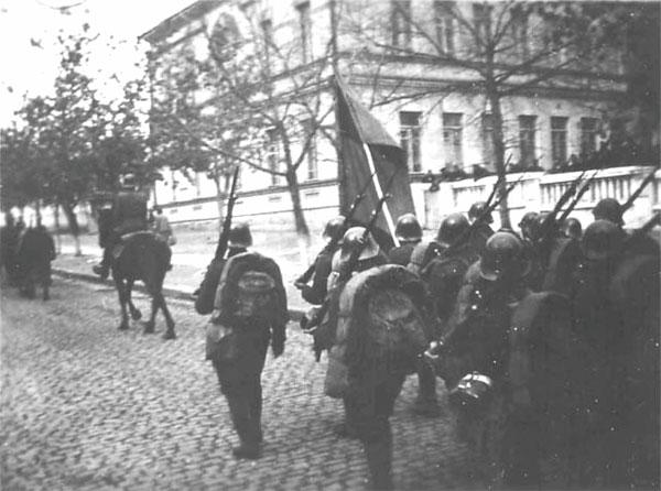 1941 год - Румынские войска проходят мимо средней школы №6